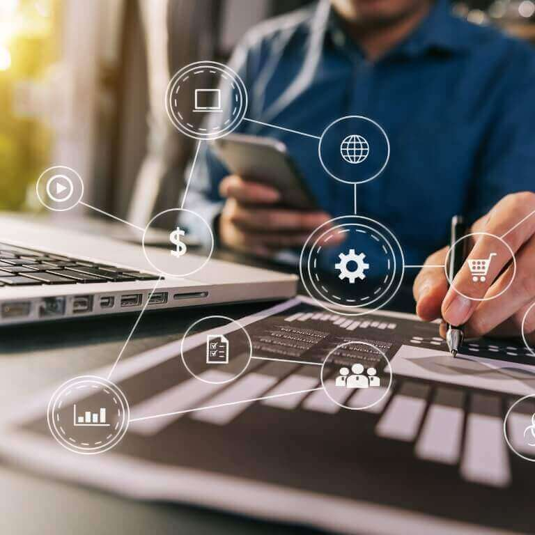 Mãos de consultor trabalhando com o desempenho de forma interativa