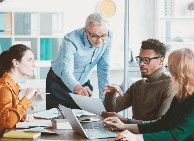 Reunião com quatro pessoa sobre metodologias mais ágeis do mercado